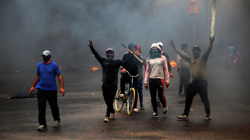 الدخان يلف ساحات الاحتجاج في بغداد وسط غياب الرؤية لحل سياسي للأزمة. (إي بي أيه)