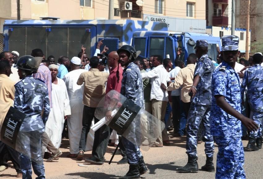 الشرطة السودانية خلال تأمين محاكمة البشير (أ ف ب)