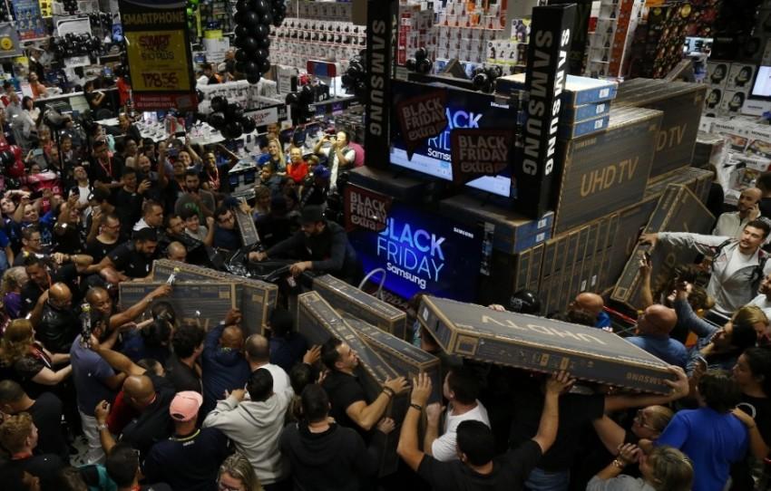 المتسوقون يتسابقون لشراء أجهزة التلفاز في أحد أسواق البرازيل وازدحام خانق.