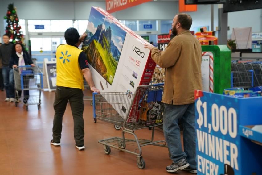 أحدهم يتوق إلى أن يشتري تلفازاً في أحد المراكز التجارية في بنسلفانيا.