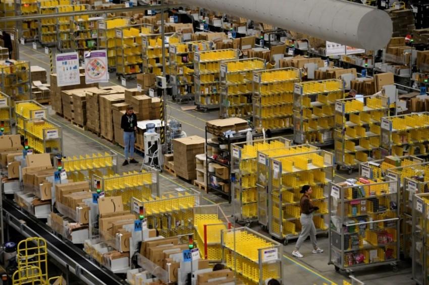 عمال شركة أمازون يستنفرون بفرز وحزم الطلبات في إنجلترا.