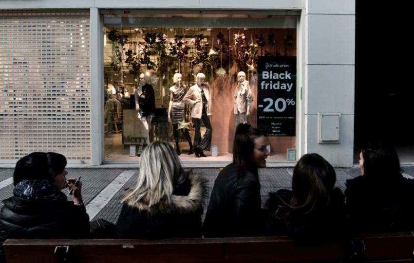 النساء في اليونان ينتظرن أمام أحد المتاجر.