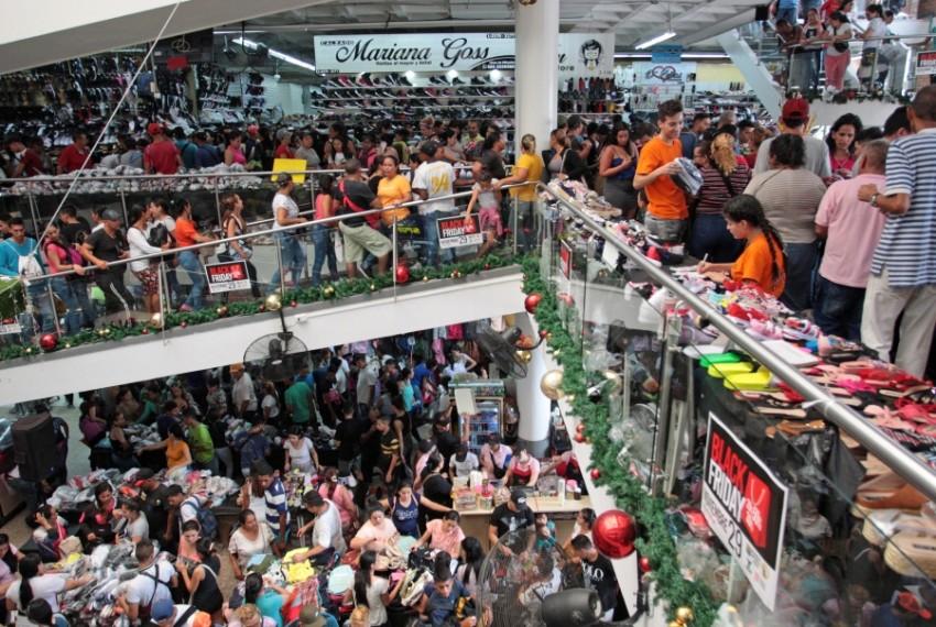 المتسوقون في أسواق كولومبيا.
