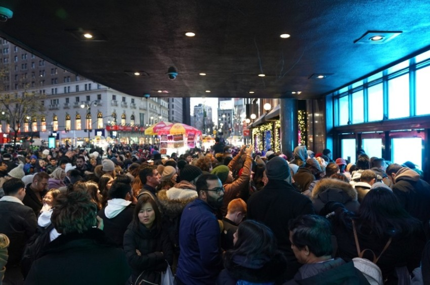 المتسوقون ينتظرون أمام المحلات التجارية قبل افتتاحها، وتفتح الأسواق أبوابها في الجمعة السوداء الساعة الخامسة مساء في نيويورك.