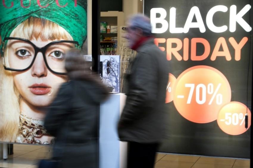 لافتات تخفيض الجمعة السوداء في  جزيرة كورسيكا الفرنسية.