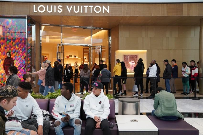 طابور من البشر ينتظرون خارج متجر Louis Vuitton في ولاية بنسلفانيا داخل أحد المراكز التجارية.