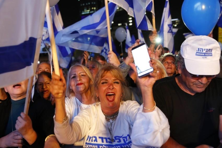 أنصار نتنياهو يتظاهرون لدعمه في تل أبيب. (أ ف ب)