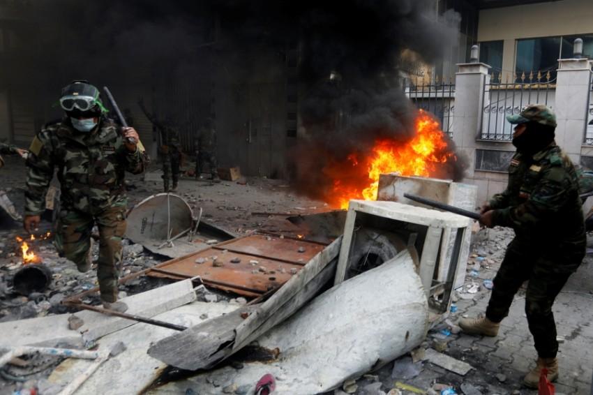 اشتباكات بين قوات أمن ومتظاهرين في بغداد. (رويترز)