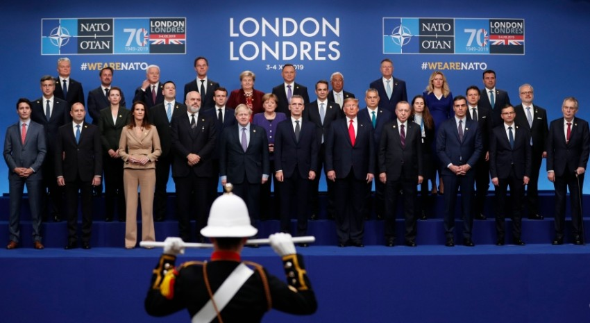قادة حلف شمال الأطلسي في لقطة جماعية خلال القمة الـ70 في واتفورد أمس. (أ ف ب)