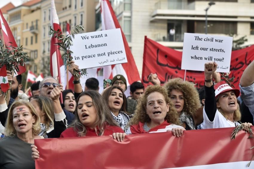 متظاهرون خلال احتجاجات في بيروت. (رويترز)