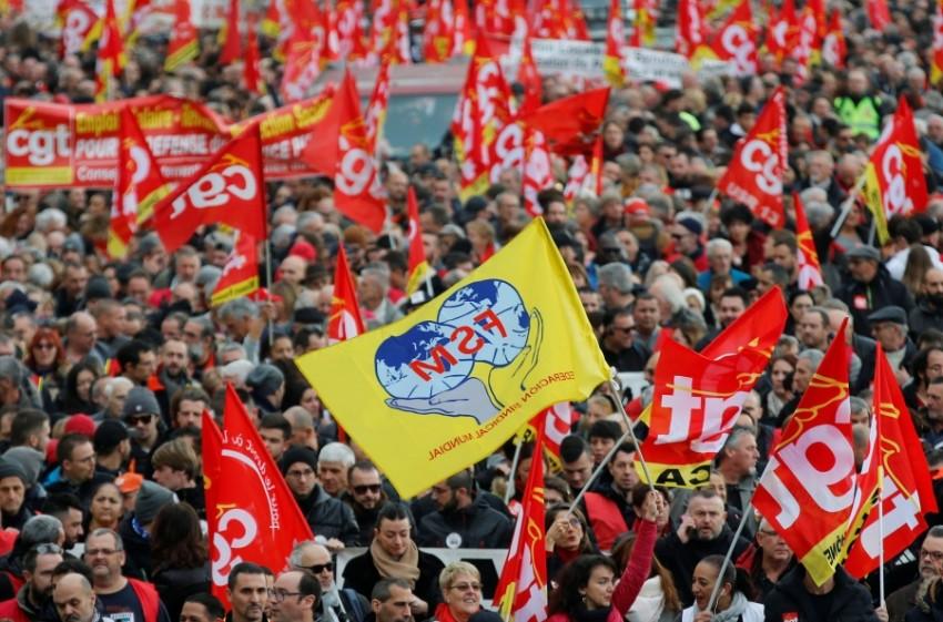 احتجاجات مناهضة للنظام التقاعدي الشامل الجديد في فرنسا. (رويترز)