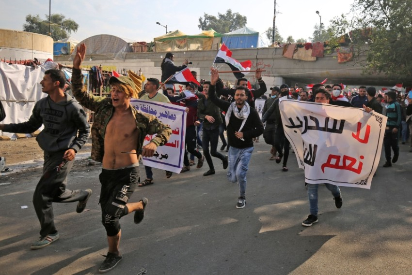 أنصار ميليشيات «الحشد الشعبي» يتوافدون على ساحة التحرير في بغداد. (أ ف ب)