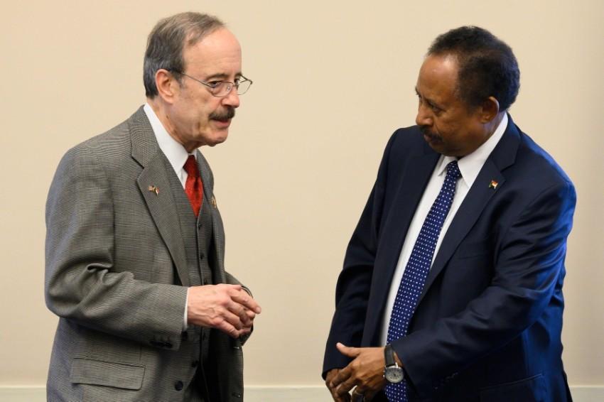 رئيس الوزراء السوداني عبدالله حمدوك يلتقي مع إليوت إنجل، رئيس لجنة الشؤون الخارجية بمجلس النواب الأمريكي (أ ف ب)