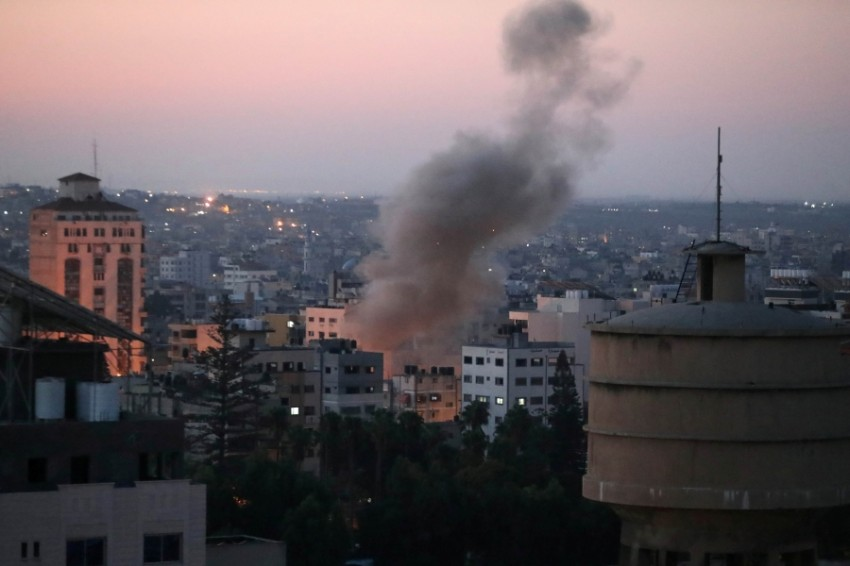 أعمدة الدخان تتصاعد بعد إطلاق صاروخ على إسرائيل (رويترز)