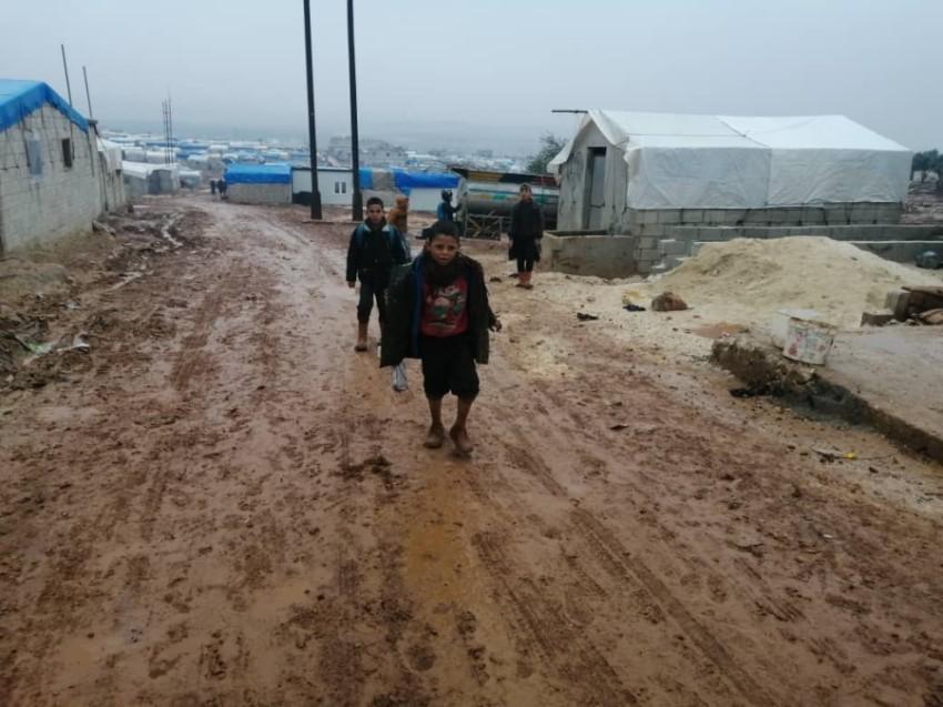 أطفال سوريون في مخيم ضياء «2» في منطقة كفر دريان شمال إدلب. (الرؤية)