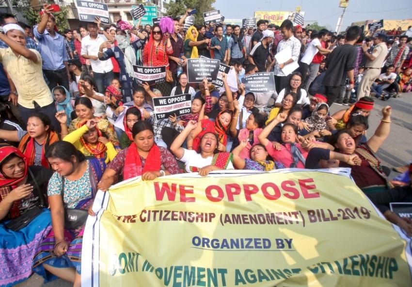 متظاهرون يحتجون ضد مشروع قانون لمنح الجنسية للمهاجرين غير المسلمين في الهند الثلاثاء. (رويترز)