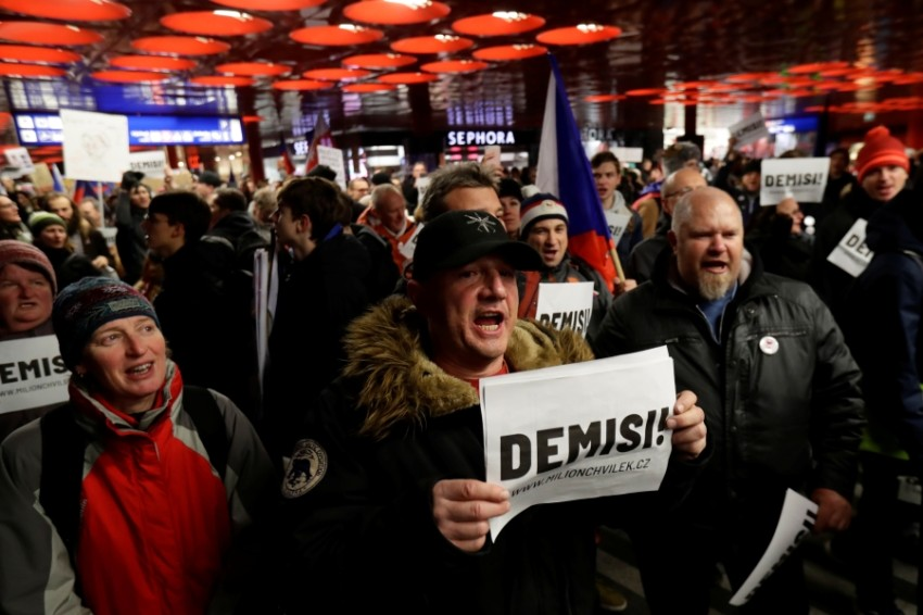 محتجون يتظاهرون ضد رئيس الوزراء التشيكي في براغ. (رويترز)