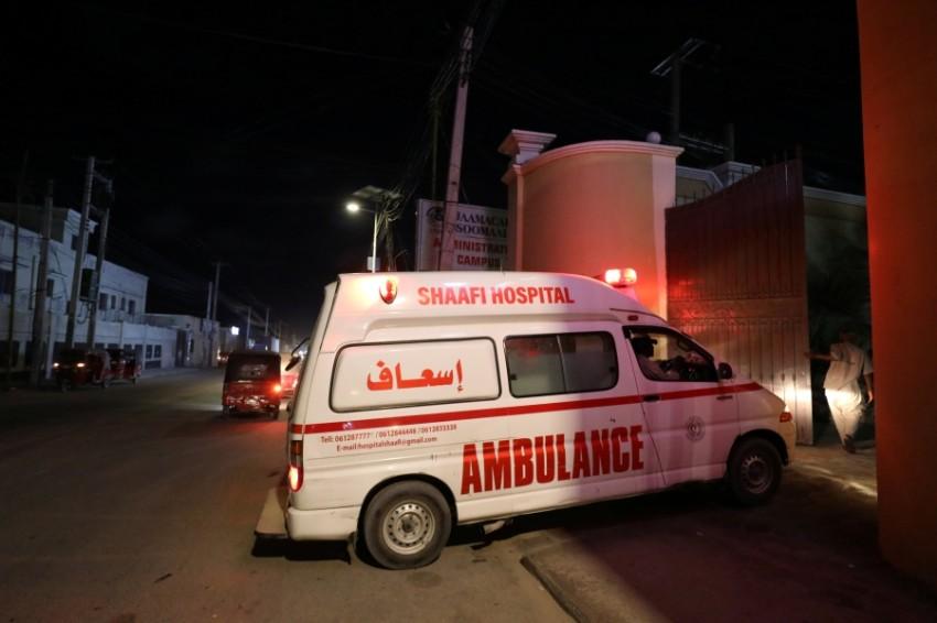 سيارة إسعاف تنقل مصابين جراء هجوم على فندق في مقديشو أمس. (رويترز)