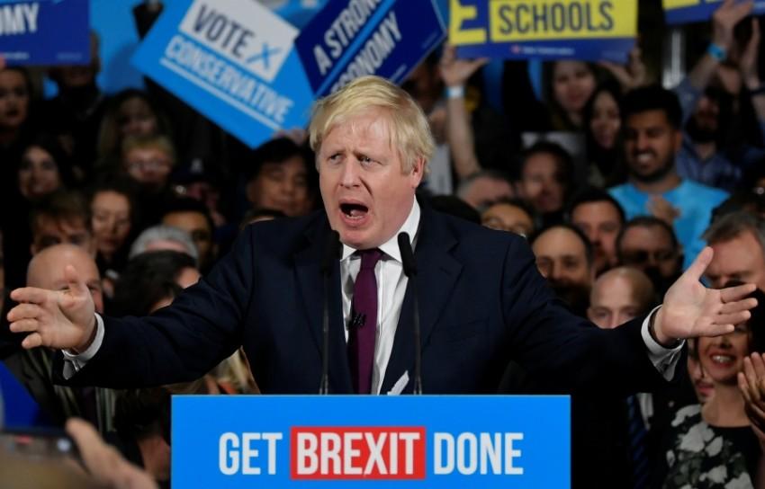 رئيس الوزراء البريطاني بوريس جونسون خلال تجمع انتخابي في مانشستر أمس. (رويترز)