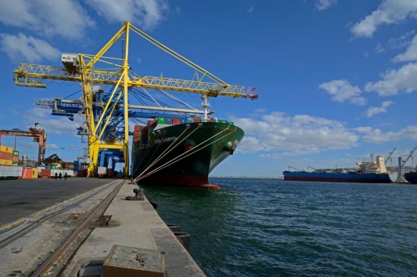 سفن تجارية تفرغ حمولتها في ميناء الاسكندرية. (الرؤية)