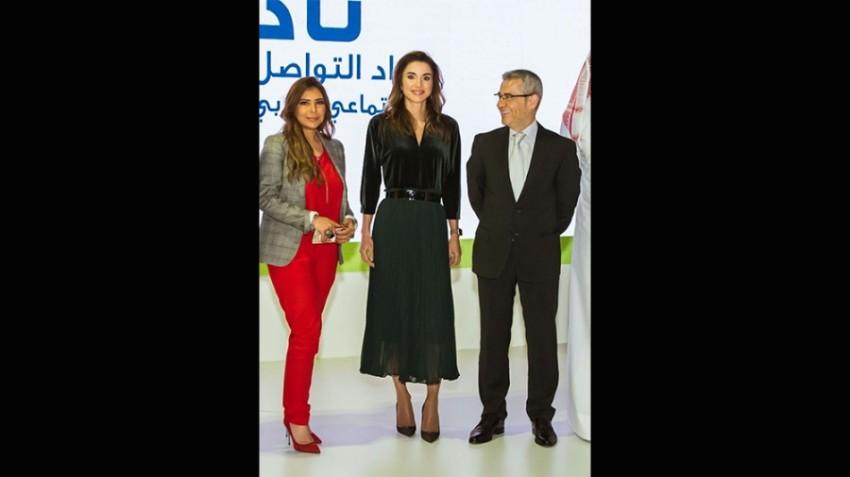 الملكة رانيا بإطلالة من زارا خلال قمة رواد وسائل التواصل الإجتماعي في دبي العام الماضي