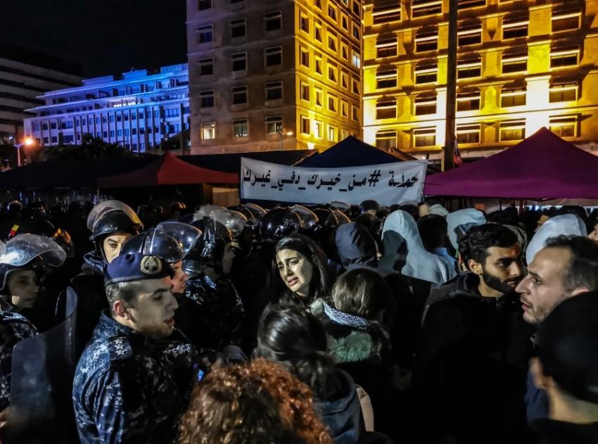 الشرطة تحاول حماية المتظاهرين في بيروت. (أي بي أيه)