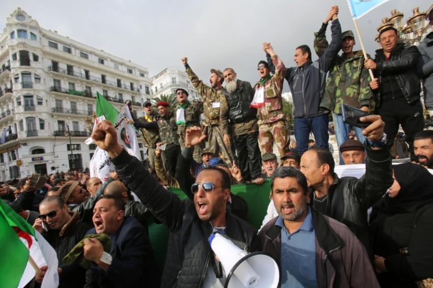 مظاهرة مؤيدة لإجراء الانتخابات الرئاسية في الجزائر العاصمة. (رويترز)
