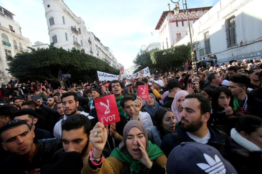 مظاهرة رافضة لإجراء الانتخابات الرئاسية في الجزائر العاصمة. (رويترز)