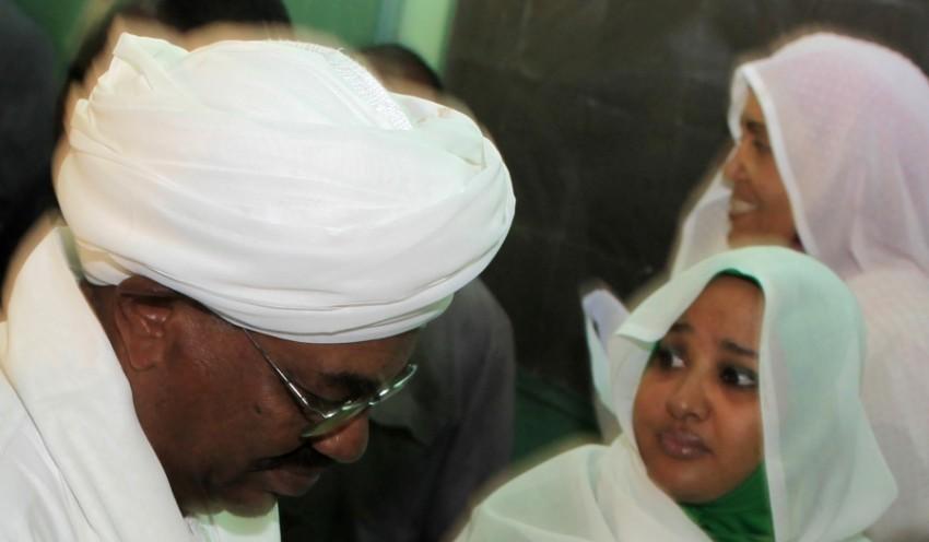 وداد بابكر وزوجها الرئيس السوداني المعزول عمر البشير. (أرشيفية - رويترز)