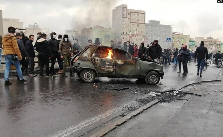 إيرانيون خلال الاحتجاجات الأخيرة على أسعار الوقود (أرشيفية)