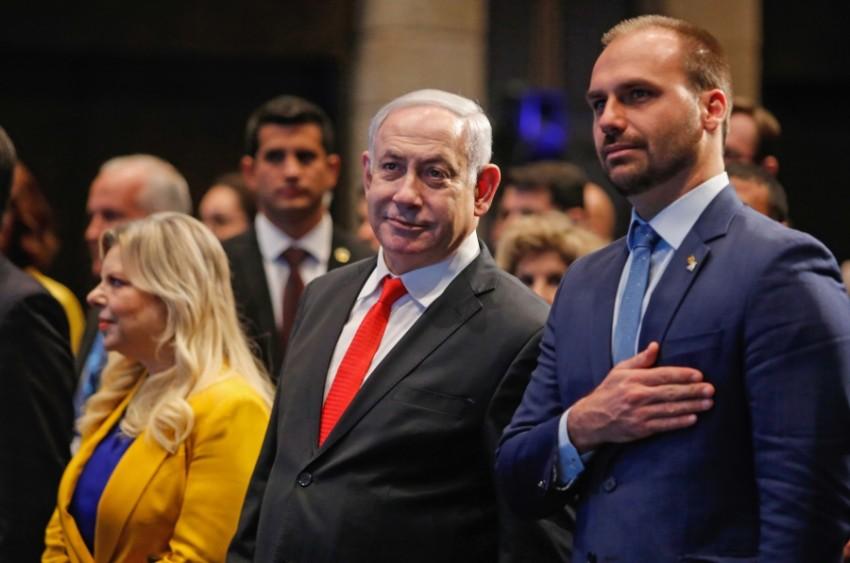 نتنياهو وزوجته ونجل الرئيس البرازيلي في القدس المحتلة أمس. (أف ب)