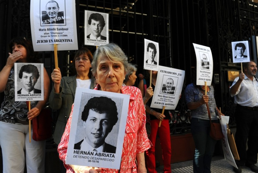 والدة هرنان أبرياتا تطالب منذ سنوات باعادة الجزاء لمحاكمته في اختفاء نجلها (أ ف ب)