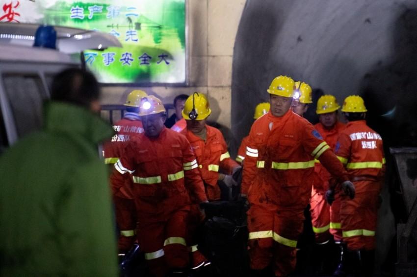 رجال إطفاء يجرون أعمال إنقاذ بمنجم غوانغلونغ في الصين. (رويترز)