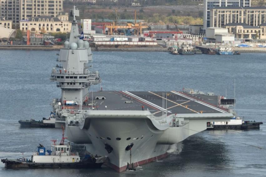 أول حاملة طائرات صينية محلية الصنع في ميناء داليان. (رويترز)