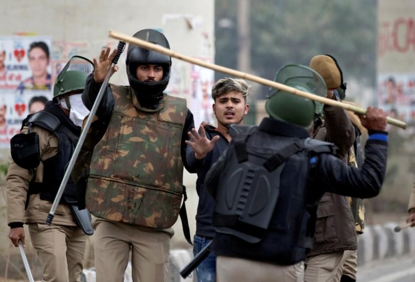 عناصر من الشرطة الهندية في مواجهة متظاهرين بمنطقة سيلامبور في دلهي. (رويترز)