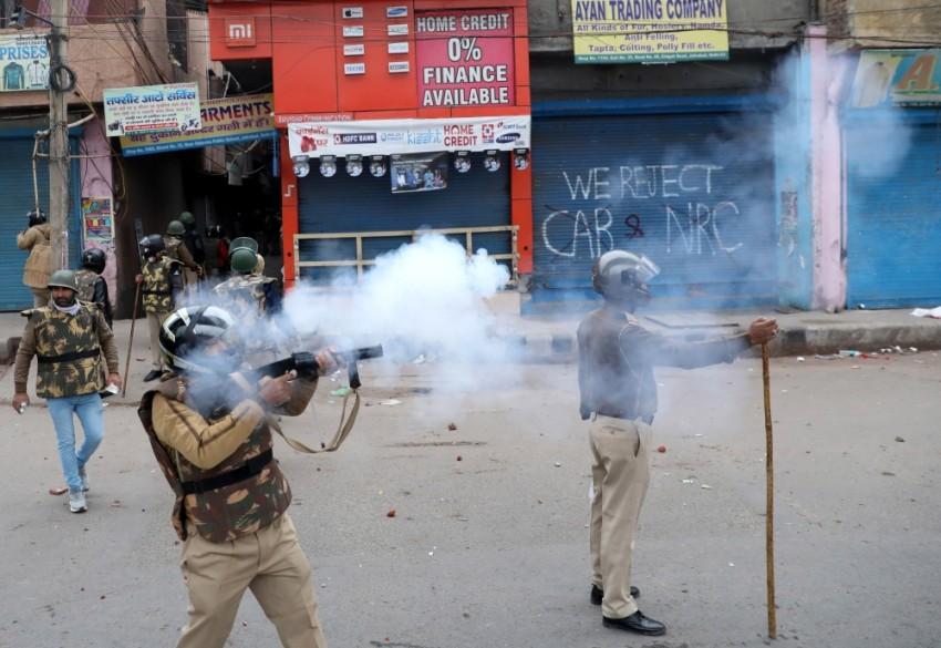 عناصر من الشرطة الهندية في مواجهات مع المتظاهرين بنيودلهي. (إي بي أيه)
