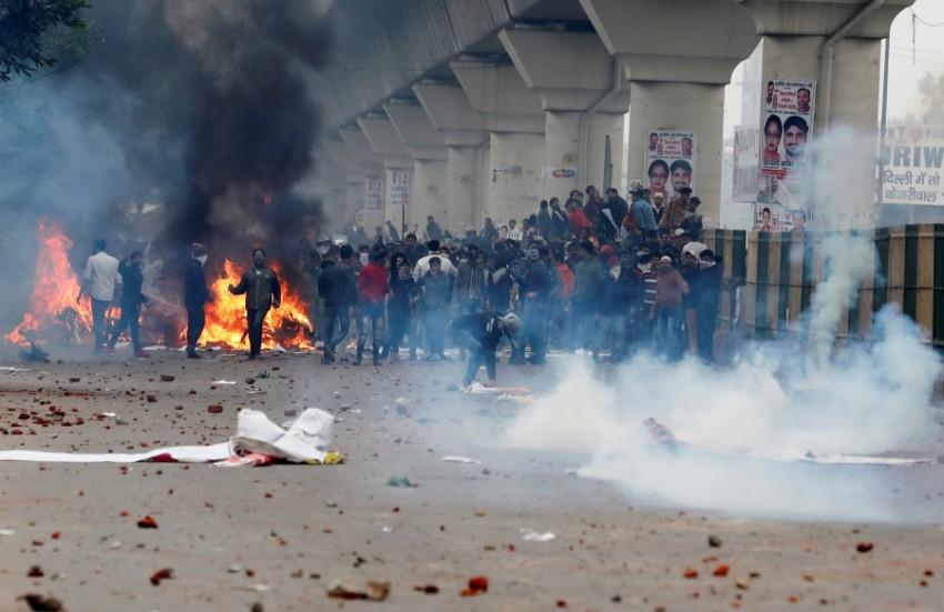 اشتباكات بين قوات أمن ومحتجين ضد قانون الجنسية في نيودلهي. (رويترز)