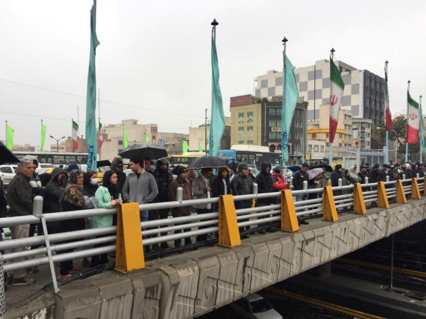 محتجون ضد رفع أسعار الوقود في طهران. (رويترز)