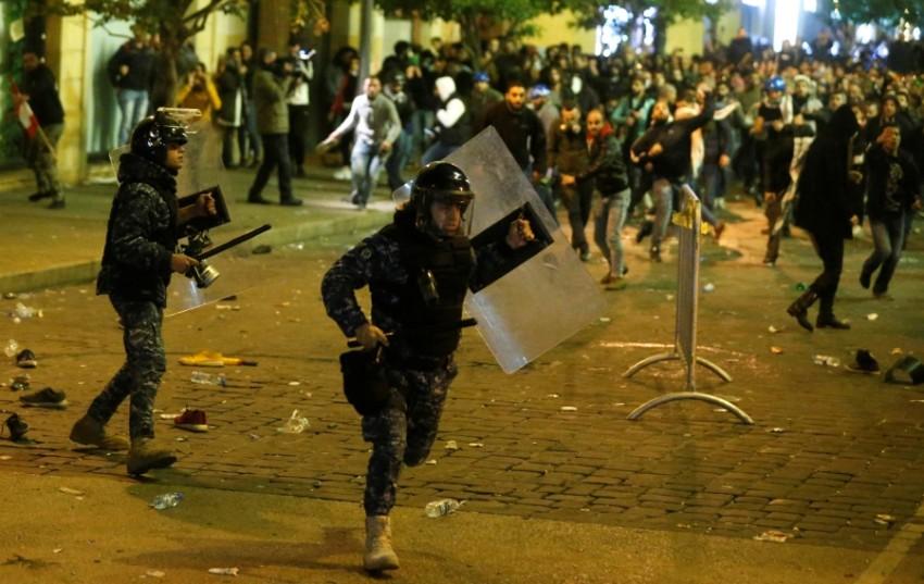 اشتباكات بين قوات أمن ومحتجين في بيروت. (رويترز)