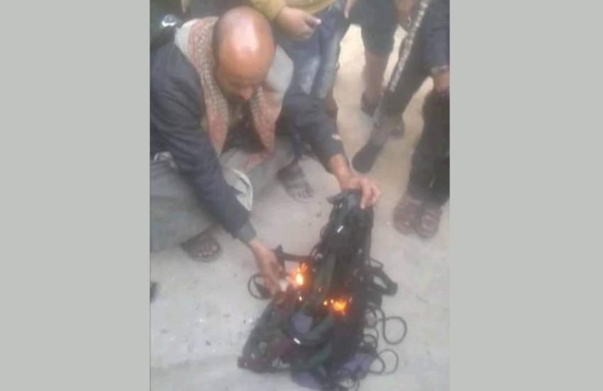 صورة متداولة على وسائل التواصل لحوثي يحرق أربطة عباءات نسائية في صنعاء.