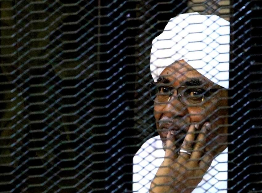 الرئيس المعزول عمر البشير داخل قفص الاتهام في محكمة بالخرطوم. (رويترز)
