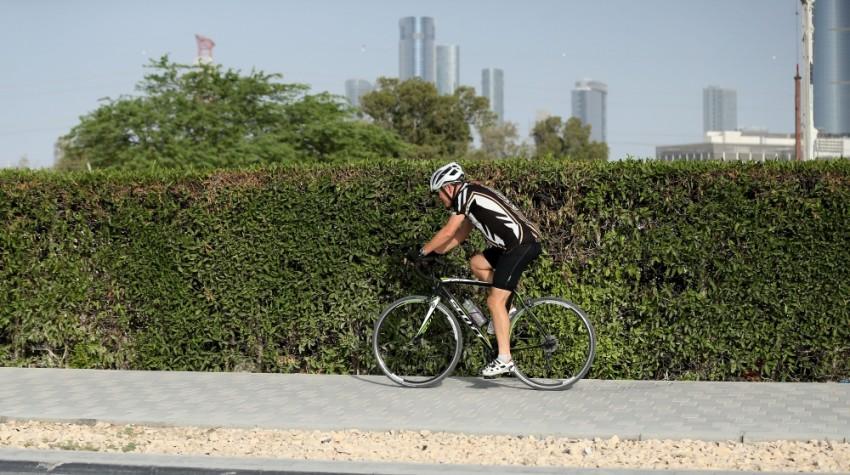 مطالبة قائدي الدراجات بضرورة الالتزام بالتجاوز من طرف اليسار على المسارات المخصصة. (الرؤية)