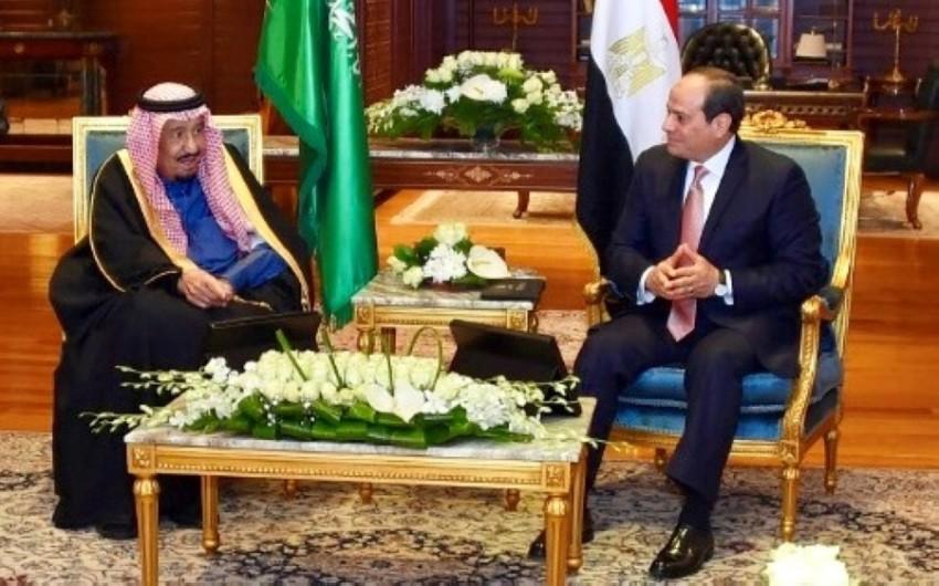 الملك سلمان متحدثاً إلى الرئيس المصري عبدالفتاح السيسي.