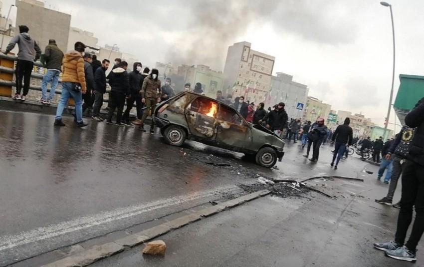 متظاهرون إيرانيون يقطعون طريقا خلال احتجاجات الوقود(أرشيفية)