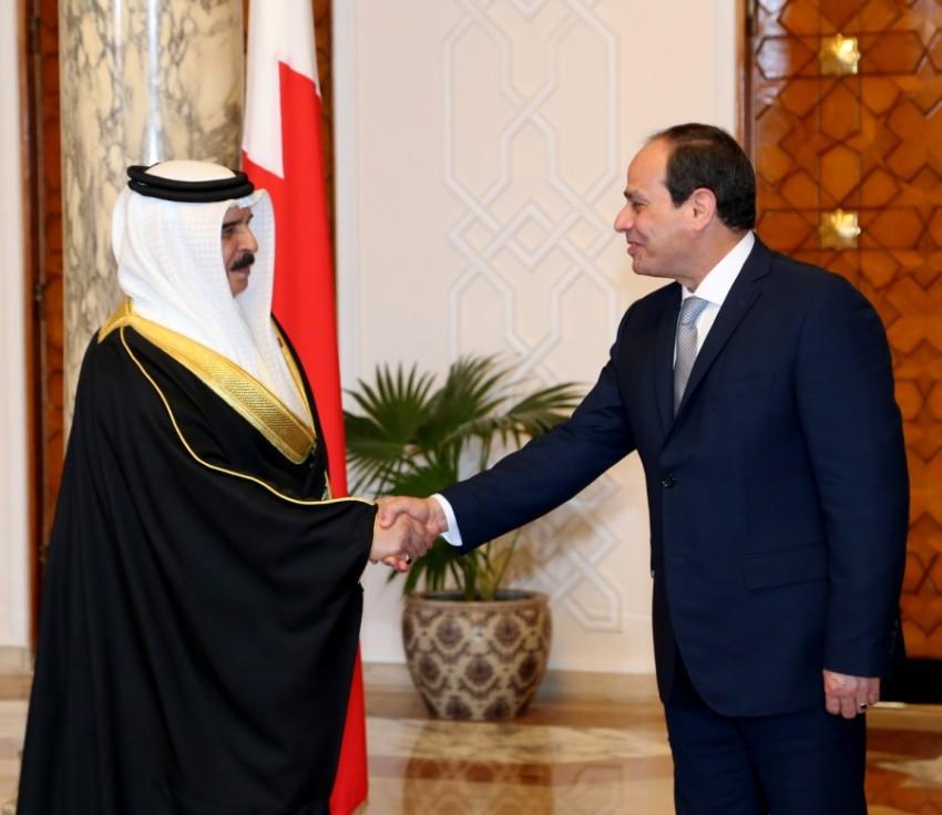 الرئيس المصري عبدالفتاح السيسي مصافحاً العاهل البحريني الملك حمد بن عيسى. (أرشيفية)