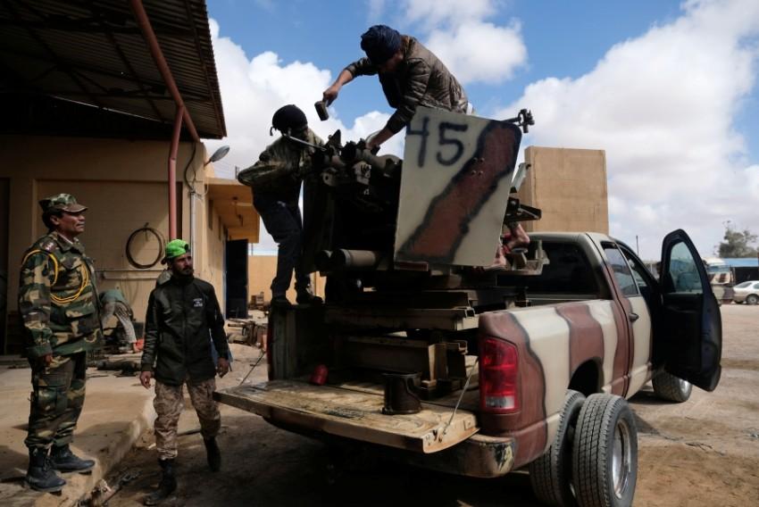أفراد من الجيش الوطني الليبي في بنغازي. (رويترز)