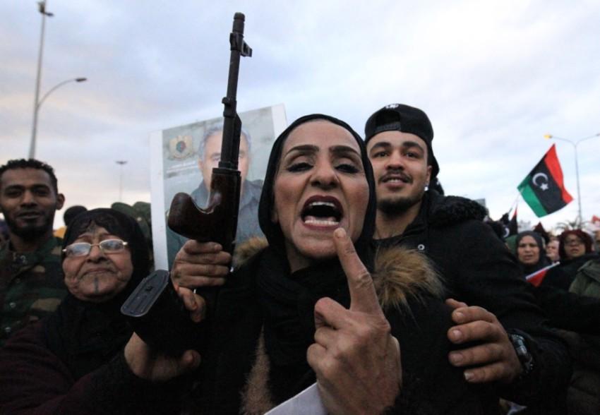 ليبيون في تظاهرة وسط بنغازي ضد التدخل العسكري التركي. (أ ف ب)