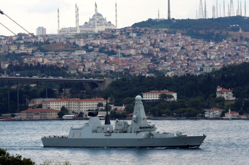 مدمرة تابعة للبحرية الملكية البريطانية في طريقها إلى البحر المتوسط. (رويترز)