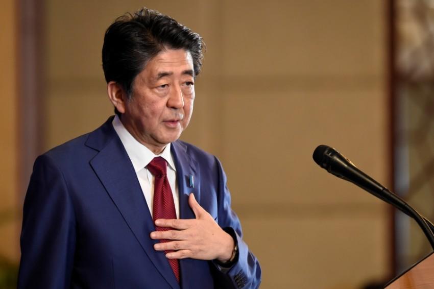 رئيس وزراء اليابان شينزو آبي خلال زيارة للصين. (رويترز)