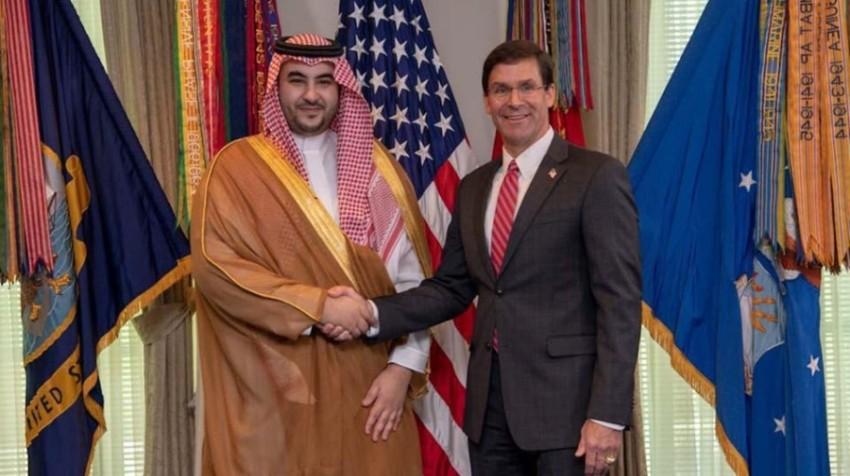 نائب وزير الدفاع السعودي الأمير خالد بن سلمان مصافحاً وزير الدفاع الأمريكي مارك إسبر. (أرشيفية)